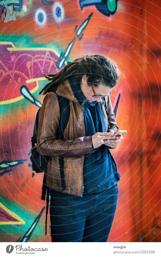 AST 10 | Nur mal kurz checken … Freizeit & Hobby Telekommunikation sprechen Mensch feminin Frau Erwachsene Haare & Frisuren langhaarig blau orange Telefon Handy
