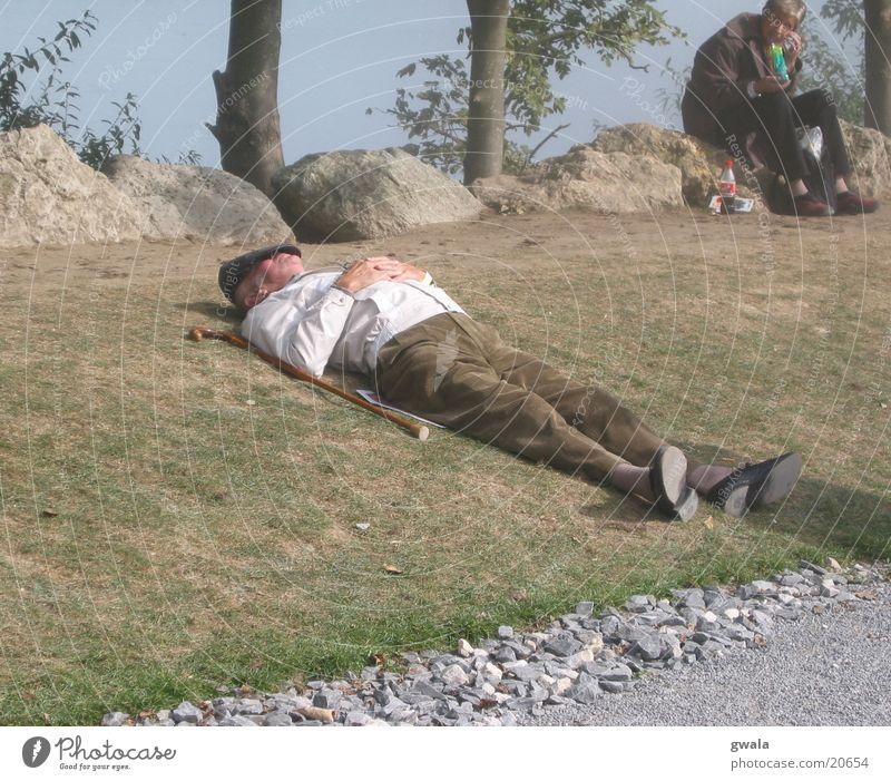 ein päuschen Mensch Mann alt ruhig Erwachsene Erholung Leben Senior Ausflug wandern maskulin liegen schlafen Pause niedlich Rasen