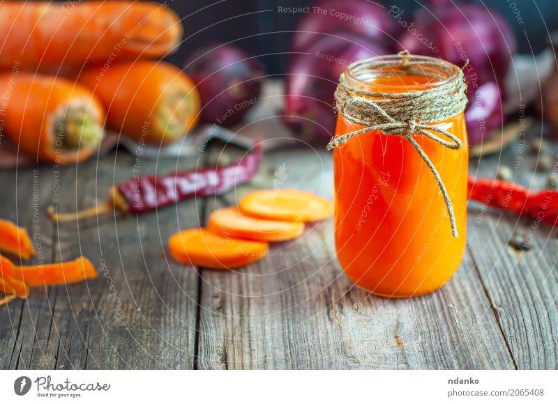 frischer Karottensaft in einem Glasgefäß Gemüse Kräuter & Gewürze Vegetarische Ernährung Diät Getränk Saft Tisch Natur Herbst Holz alt natürlich saftig grau