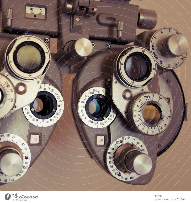 Phoropter Messinstrument Glas Metall alt Blick Brille Brillenglasstärke Sehtest Sehvermögen Lichtbrechung Optiker Linse Farbfoto Nahaufnahme Menschenleer