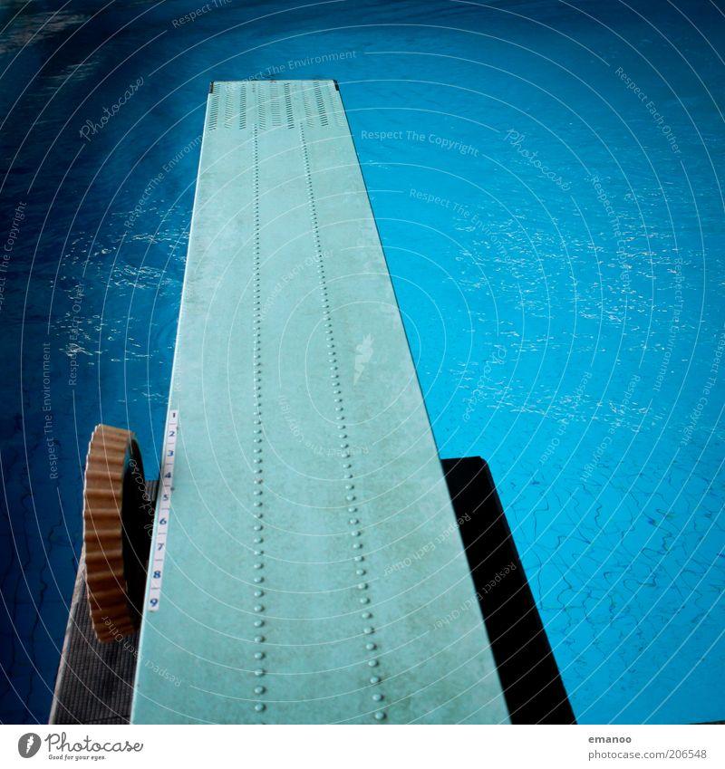 Der Absprung Freizeit & Hobby Freiheit Sport Wassersport Schwimmbad blau Sprungbrett fieberglas Wasseroberfläche Meter hoch Farbfoto mehrfarbig Innenaufnahme