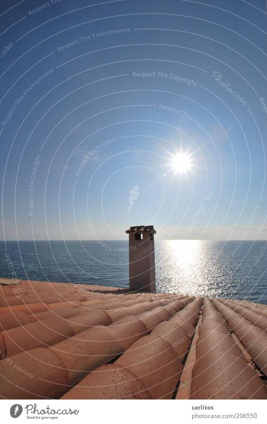 Mönche und Nonnen, die sich sonnen. Wasser Sonne Meer blau rot Sommer Ferien & Urlaub & Reisen Ferne träumen Gebäude Wärme hell braun Küste glänzend