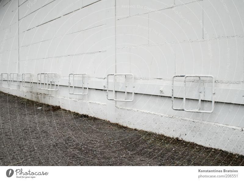 netter Klappständer Mauer Wand Fassade alt einfach unten weiß Parkplatz frei Metall Fuge Fahrradständer Abstellplatz Farbfoto Gedeckte Farben Außenaufnahme