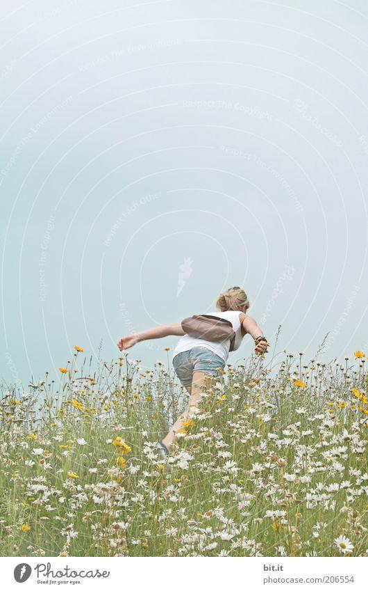 ein bisschen Heidi immer noch Mensch Natur Jugendliche Blume Pflanze Sommer Freude Ferien & Urlaub & Reisen Wiese feminin Berge u. Gebirge Freiheit Glück