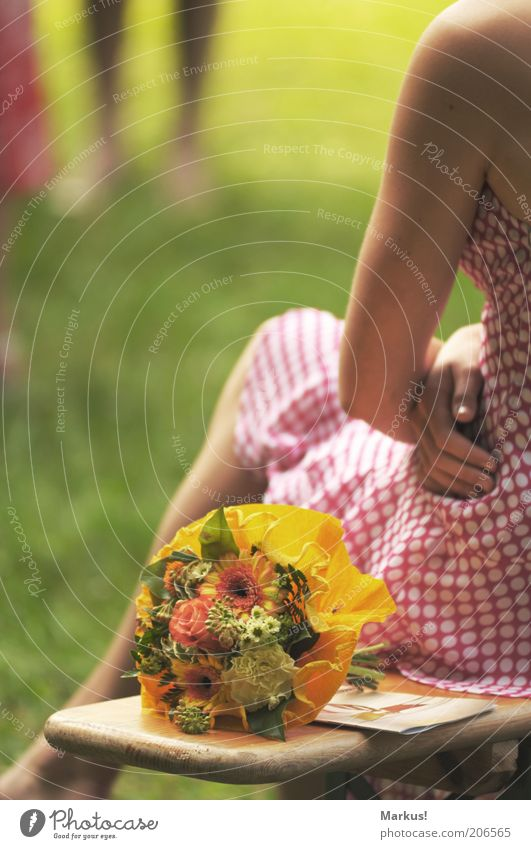 Entscheidung Mensch feminin Junge Frau Jugendliche 1 Blumenstrauß sitzen gelb grün rosa weiß Zufriedenheit Farbfoto Außenaufnahme Nahaufnahme Textfreiraum links