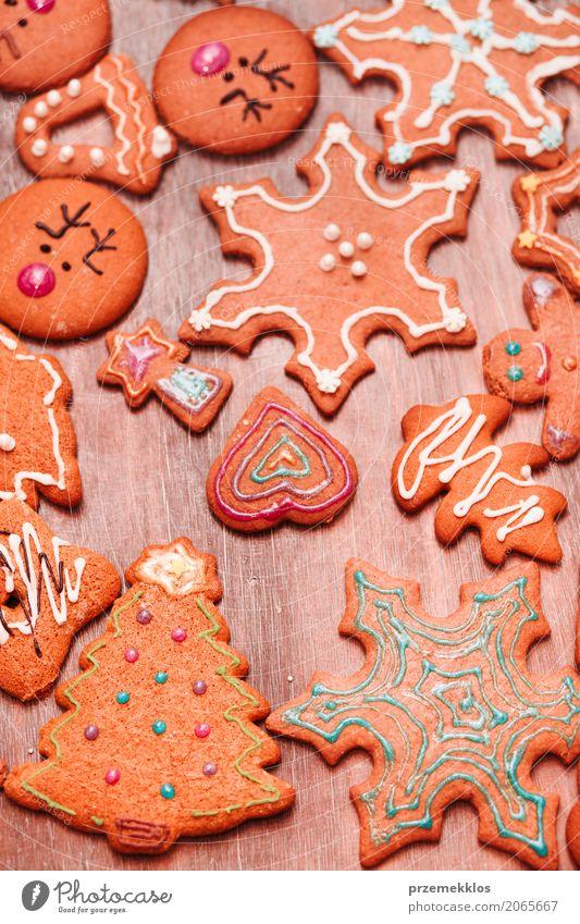 Weihnachtsplätzchen verziert mit dem Bereifen auf hölzernem Brett Lebensmittel Süßwaren Dekoration & Verzierung Tisch Feste & Feiern Weihnachten & Advent Holz
