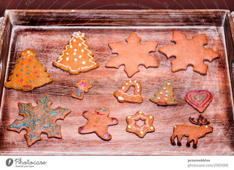 Weihnachtsplätzchen verziert mit dem Bereifen auf hölzernem Brett Dekoration & Verzierung Tisch Feste & Feiern Holz machen Tradition backen Biskuit Kuchen