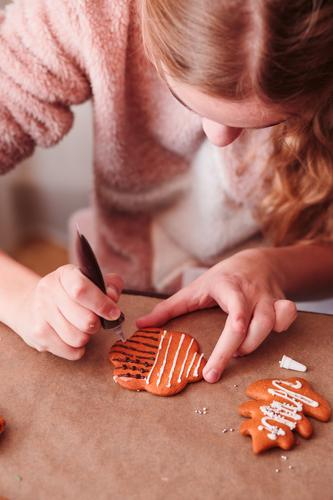 Mensch Jugendliche Weihnachten & Advent Mädchen Lifestyle Feste & Feiern Dekoration & Verzierung 13-18 Jahre Tisch Tradition machen selbstgemacht Vorbereitung