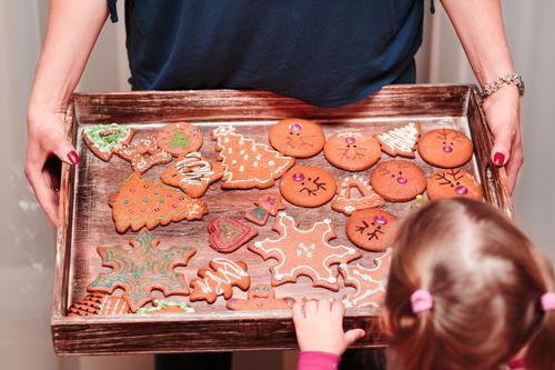 Das kleine Mädchen, das Behälter betrachtet, füllte mit Weihnachtsplätzchen Dekoration & Verzierung Tisch Küche Feste & Feiern Kind Handwerk Mensch Frau