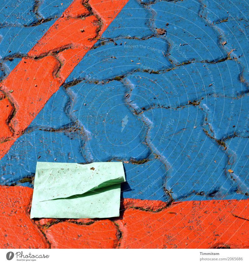Wohngemeinschaft | auf Zeit. Papier Papierfetzen Stein Schilder & Markierungen liegen blau grün rot Gefühle Zufriedenheit Pflastersteine Platz Farbfoto