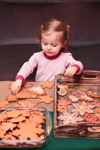 Mensch Kind Weihnachten & Advent Mädchen Lifestyle Feste & Feiern Dekoration & Verzierung Tisch Schnur Tradition Kleinkind machen selbstgemacht Vorbereitung