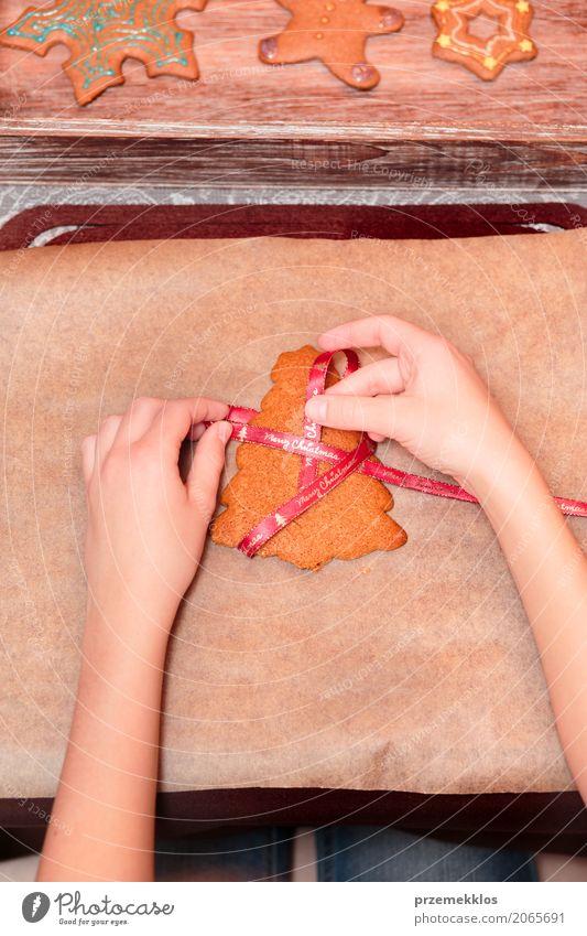 Weibliche Hände, die gebackenen Weihnachtslebkuchen mit Band binden Mensch Frau Weihnachten & Advent Hand Erwachsene Feste & Feiern Dekoration & Verzierung