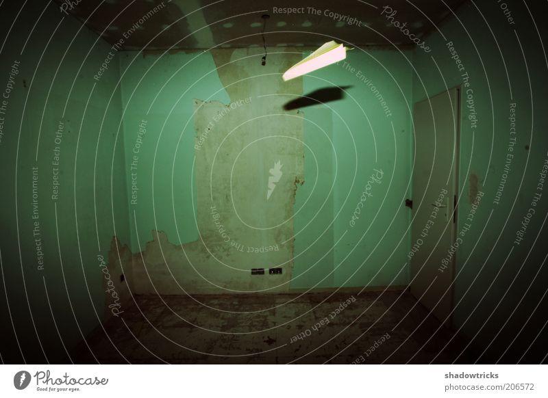 Pleite. Farbfoto mehrfarbig Innenaufnahme Experiment Lomografie Menschenleer Schatten Zentralperspektive Papierflieger Kammer Luftraum Heimflug