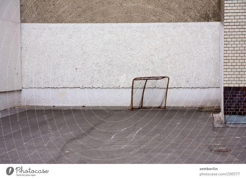Vor dem Anpfiff ruhig Wand Sport Mauer Freizeit & Hobby leer trist Asphalt Backstein Tor Hinterhof Textfreiraum Spielplatz Fußballplatz Fußballtor Sportplatz