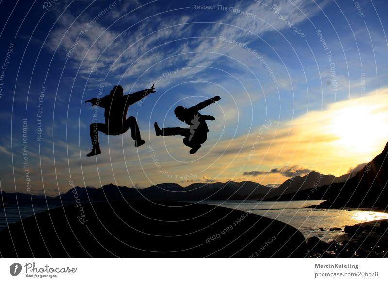 Fun in the Midnight Sun blau weiß schön Freude schwarz Landschaft Sport Berge u. Gebirge Bewegung springen Glück Stimmung Zusammensein elegant fliegen frei
