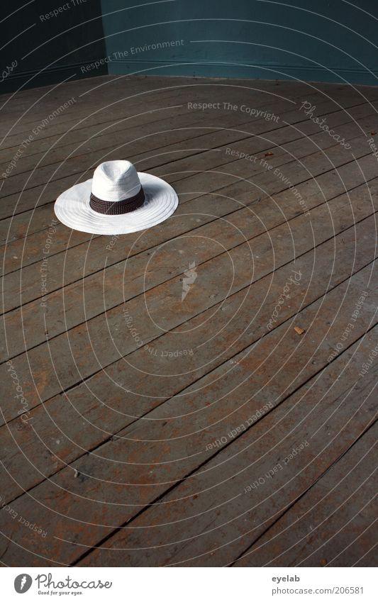 You can leave your hat... alt trendy schön retro rund braun weiß elegant Mode Hut Strohhut Holz Bodenbelag Dielenboden sommerhut Bekleidung vergessen gehen
