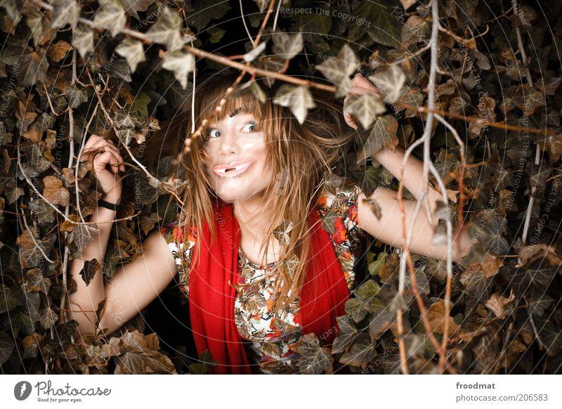pech oder gold Frau Natur Jugendliche Pflanze feminin träumen blond Erwachsene verrückt bedrohlich Kleid Maske außergewöhnlich gruselig verstecken dumm