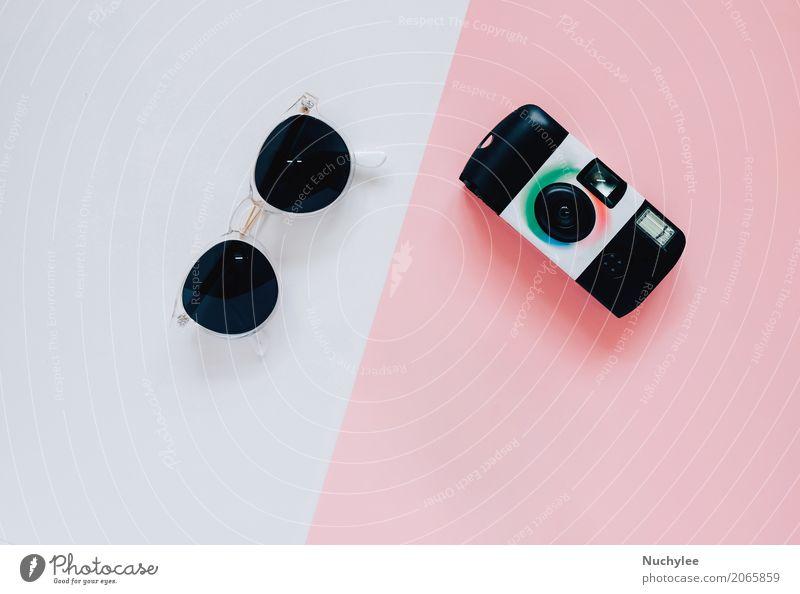 Kreative flache Laienart mit Kamera und Sonnenbrille Farbe weiß schwarz Lifestyle Stil Mode Design rosa hell Textfreiraum Freizeit & Hobby modern