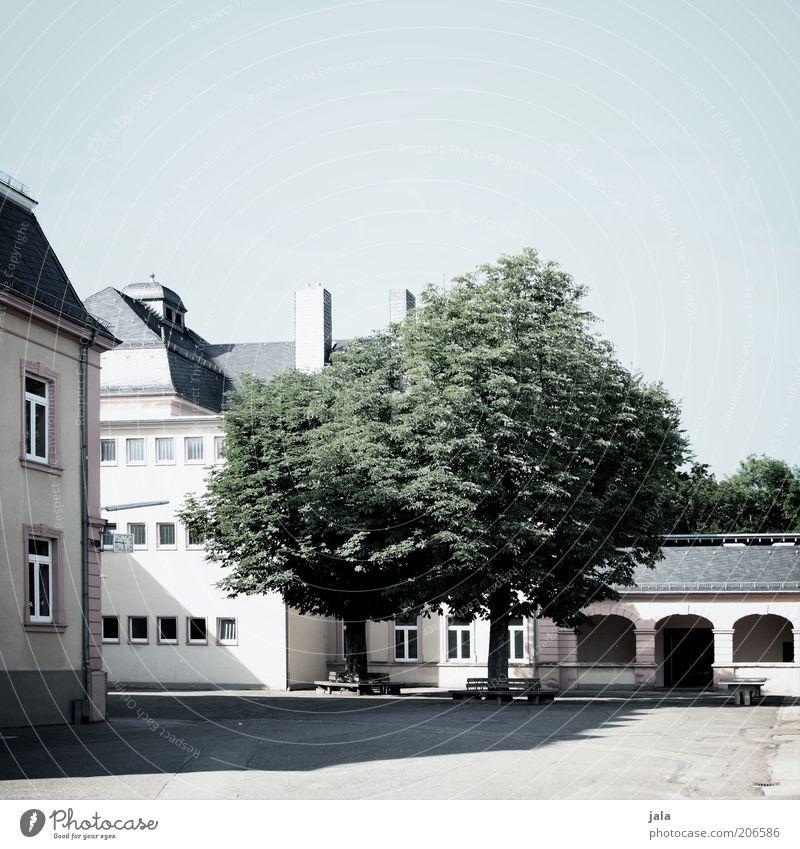 schattenplatz Himmel weiß Baum grün blau Haus grau Gebäude Architektur Platz Bauwerk Innenhof
