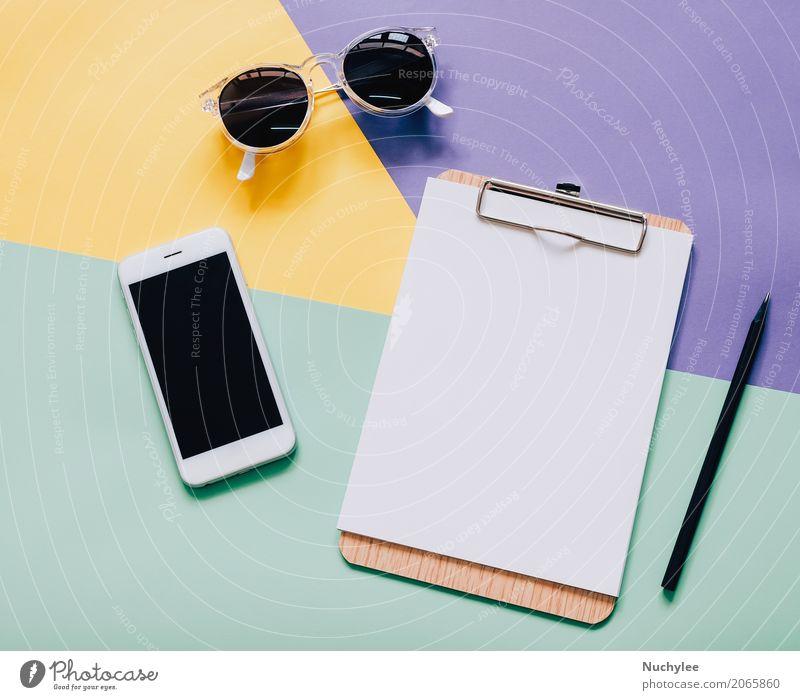 Flacher Laienartarbeitsbereichschreibtisch auf modernem buntem Hintergrund Lifestyle Stil Design Schreibtisch Arbeit & Erwerbstätigkeit Büro Business Telefon