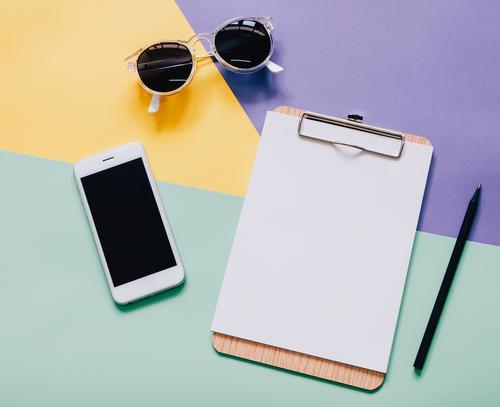 Flacher Laienartarbeitsbereichschreibtisch auf modernem buntem Hintergrund Farbe weiß schwarz Lifestyle Stil Business Mode Design Arbeit & Erwerbstätigkeit hell