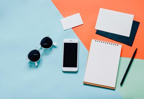 Kreativer flacher Laienart-Arbeitsplatzschreibtisch Farbe weiß schwarz Lifestyle Stil Business Mode Design Arbeit & Erwerbstätigkeit hell Textfreiraum Büro