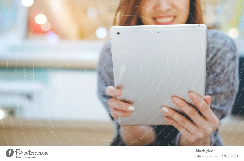 Junge asiatische Frau, die Tablette lächelt und verwendet Lifestyle kaufen Freizeit & Hobby Erfolg Büro Business Computer Technik & Technologie
