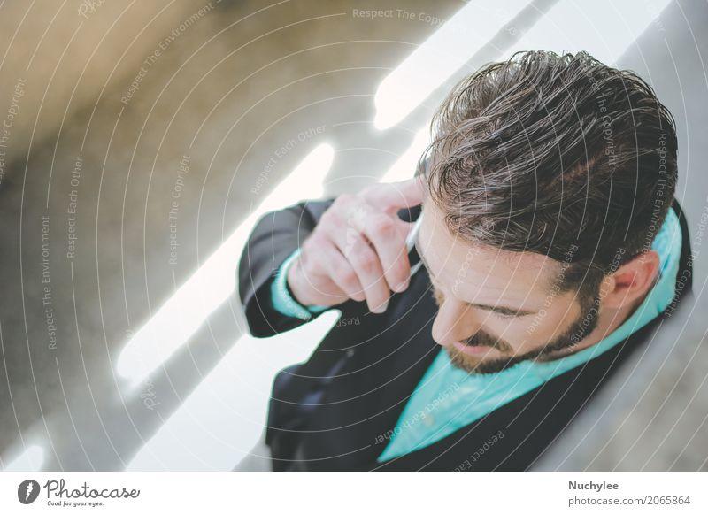 Draufsicht des intelligenten Geschäftsmannes sprechend am Telefon am Bürgersteig Mensch Mann Stadt Hand Erwachsene Straße Lifestyle Stil Gebäude Business
