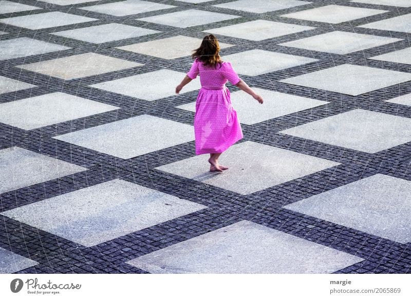 AST 10 |Let's dance, ein Mädchen tanzt barfuß auf einem Platz Entertainment Feste & Feiern Tanzen Jahrmarkt Mensch feminin Junge Frau Jugendliche Erwachsene