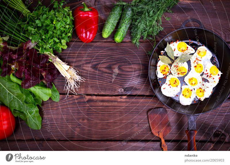 Gebratene Wachteleier grün rot Speise Essen natürlich Holz braun oben frisch Kräuter & Gewürze Küche Restaurant Frühstück Tradition Abendessen Mittagessen