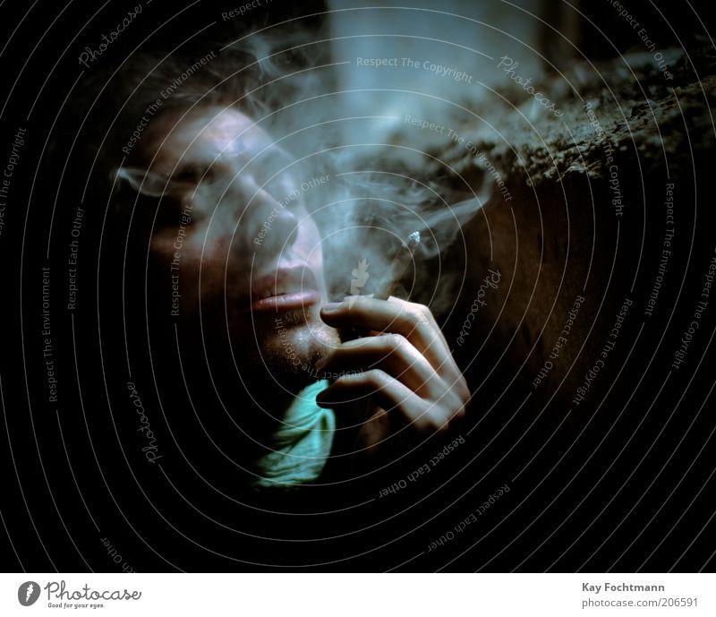 blue Rauchen Mensch maskulin Junger Mann Jugendliche 1 18-30 Jahre Erwachsene Halstuch Zigarette authentisch inhalieren Zigarettenrauch die letzte Zigarette