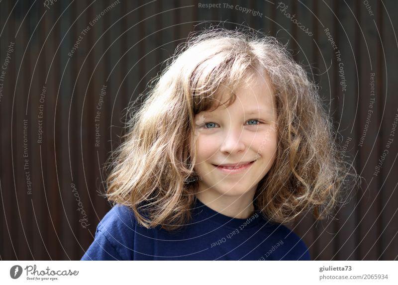 my boy Kind Junge Kindheit Haare & Frisuren 1 Mensch 8-13 Jahre T-Shirt blond langhaarig Locken Lächeln Fröhlichkeit Glück schön natürlich positiv einzigartig