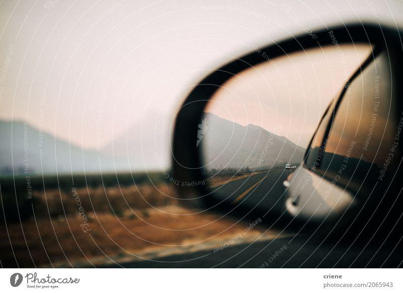 Erstaunliche Ansicht von Bergen innerhalb des Spiegels des Autos auf Autoreise Lifestyle Ferien & Urlaub & Reisen Ausflug Berge u. Gebirge Landschaft Verkehr