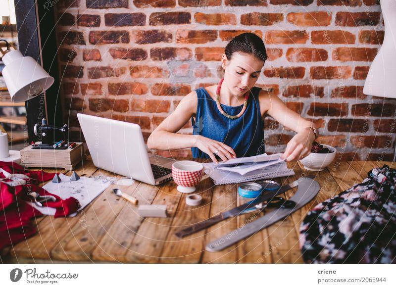 Geschäftsfrau, die Schreibarbeit im Büro tut Mensch Jugendliche Junge Frau 18-30 Jahre Erwachsene Lifestyle feminin Business Design Arbeit & Erwerbstätigkeit
