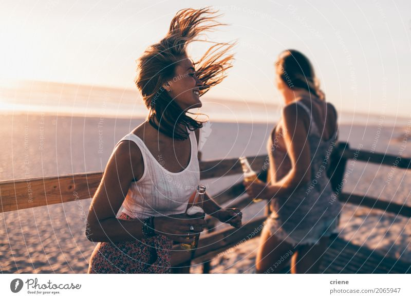 Gruppieren Sie an den Freunden, die auf Strand-Party tanzen Getränk Lifestyle Freude Glück Freizeit & Hobby Ferien & Urlaub & Reisen Sommer Mensch feminin Frau