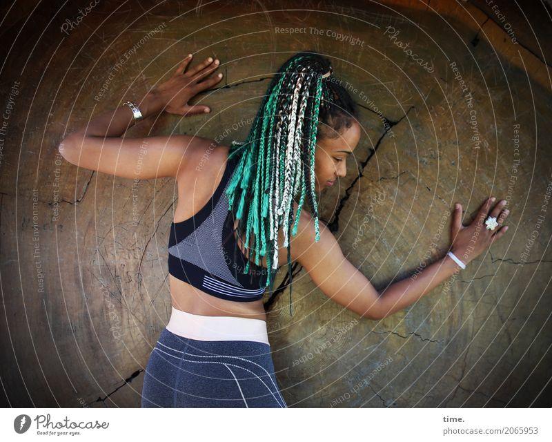 . Fitness Sport-Training feminin Frau Erwachsene 1 Mensch Baum Top Leggings Schmuck Haare & Frisuren langhaarig Rastalocken Afro-Look Holz stehen ästhetisch