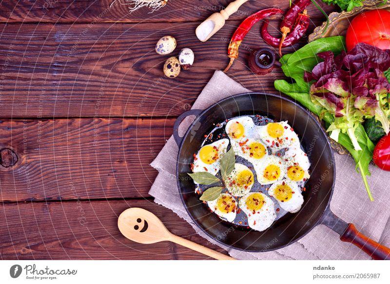 Gebratene Wachteleier Brot Kräuter & Gewürze Frühstück Mittagessen Abendessen Pfanne Löffel Küche Restaurant frisch natürlich oben braun grün Tradition Zwiebel