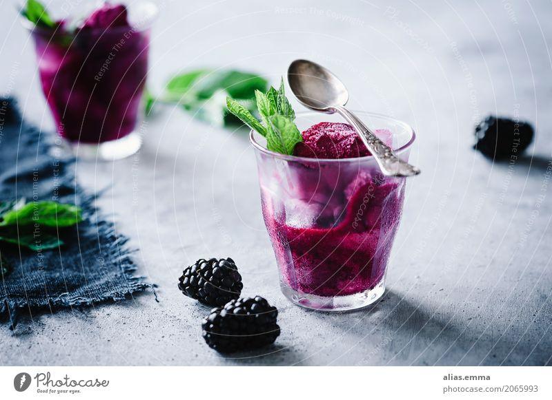 Brombeer-Sorbet Brombeeren Eis Speiseeis Frucht Dessert Sommer violett Beeren Minze rezept Essen zubereiten Erfrischung kalt gefroren Lebensmittel