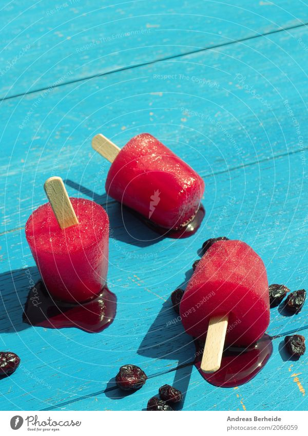 Wassereis und Cranberries Speiseeis Sommer Coolness lecker berry cold cranberries delicious food freeze fresh fruity healthy Lollipop organic pops popsicles