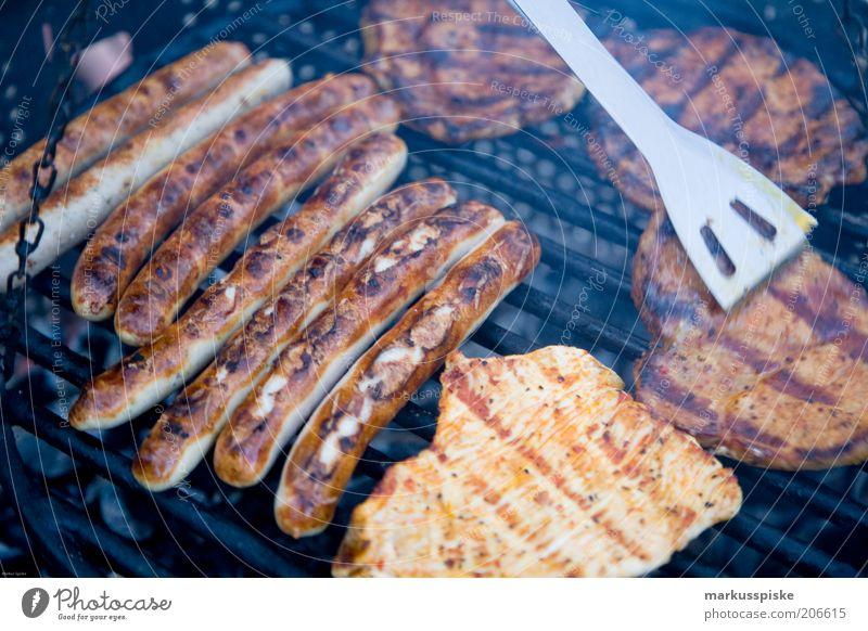 grill meister Lebensmittel Fleisch Wurstwaren Steak Bratwurst Pute mariniert Ernährung Grillen Duft Farbfoto Grillrost Grillsaison Außenaufnahme herzhaft
