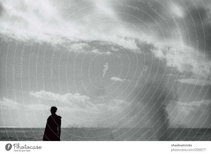 Mensch und Natur Ferne Freiheit Sommer Meer 1 Umwelt Landschaft Wasser Wassertropfen Himmel Wolken Horizont Wind Sturm Schwarzweißfoto Außenaufnahme Licht