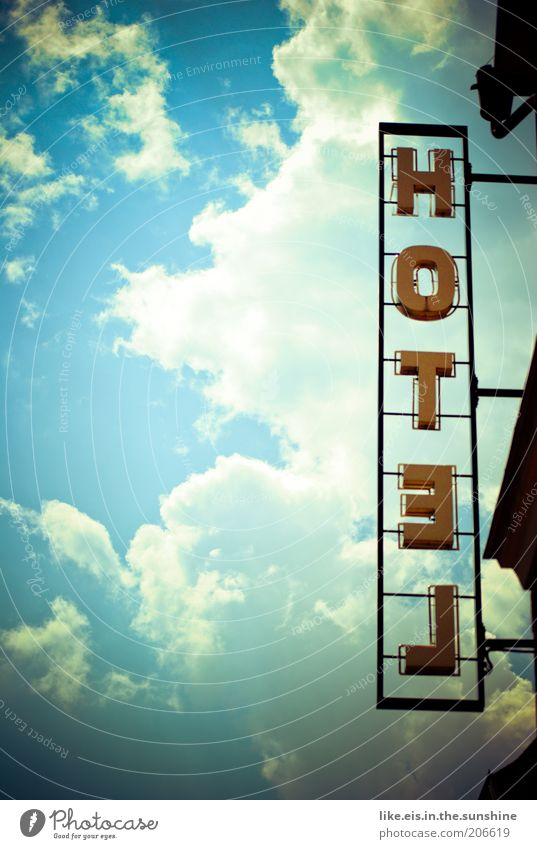 Schatz, übers wochenende vllt ins....hotel? Himmel Wolken gelb Metall Schilder & Markierungen Buchstaben Werbung Hotel Schönes Wetter Leuchtreklame Natur untereinander