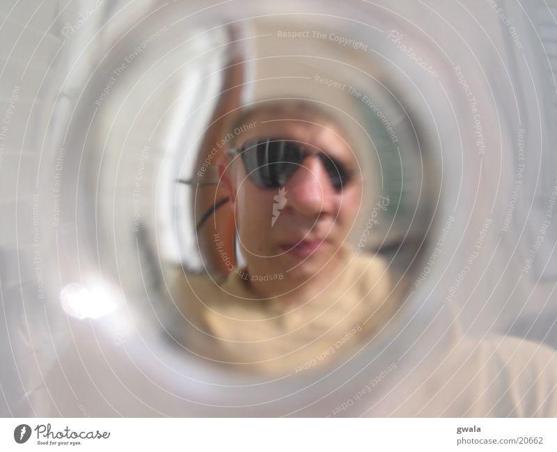 das glas ist leer Mann Glas trinken rund Sonnenbrille
