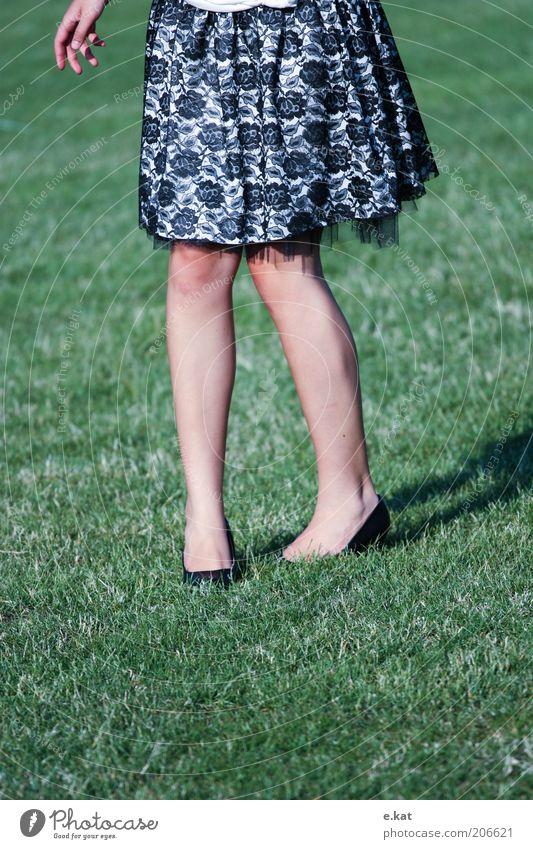 gleich habe ichs Mensch feminin Junge Frau Jugendliche Beine Mode Kleid natürlich unten grün frei Farbfoto Außenaufnahme Tag Sonnenlicht Rock Frauenbein