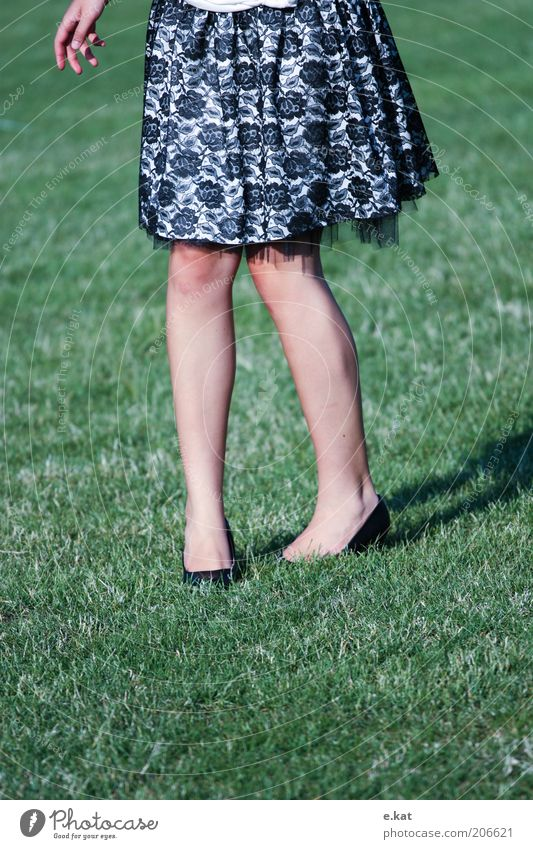 gleich habe ichs Mensch Jugendliche grün feminin Beine Mode frei Kleid natürlich Rock unten anonym Bildausschnitt kopflos Junge Frau