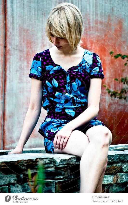 Mädchen auf Mauer Mensch Jugendliche schön blau ruhig Einsamkeit kalt Erholung feminin Wand träumen Traurigkeit Mauer warten Mode blond