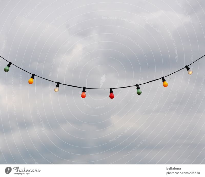 Mir geht 'ne Lichterkette auf. schön Wolken hell Beleuchtung Dekoration & Verzierung Reihe Glühbirne Lichterkette hängend aufgereiht Wolkenhimmel Beleuchtungselement graue Wolken