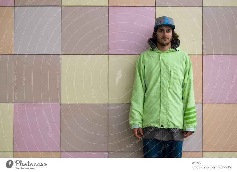 0.05 dpi Lifestyle Stil Mensch maskulin Junger Mann Jugendliche Erwachsene 1 18-30 Jahre Mauer Wand Fassade Jeanshose Pullover Jacke Mütze brünett langhaarig
