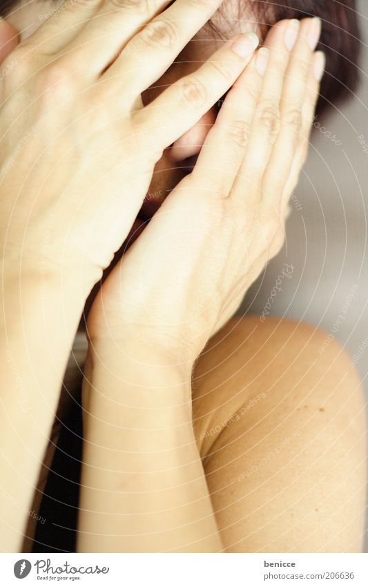 trauer Frau Mensch Hand Gesicht Traurigkeit Angst Trauer Schutz verstecken Desaster weinen Scham verdeckt unsichtbar Frauengesicht Gefühle
