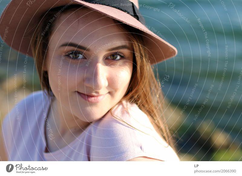 junges Mädchen mit Hut Lifestyle elegant Stil Design schön Mensch feminin Freundschaft Jugendliche Erwachsene Leben Mode Bekleidung Accessoire Haare & Frisuren